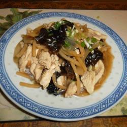 Porc aux pousses de bambou et aux champignons noirs